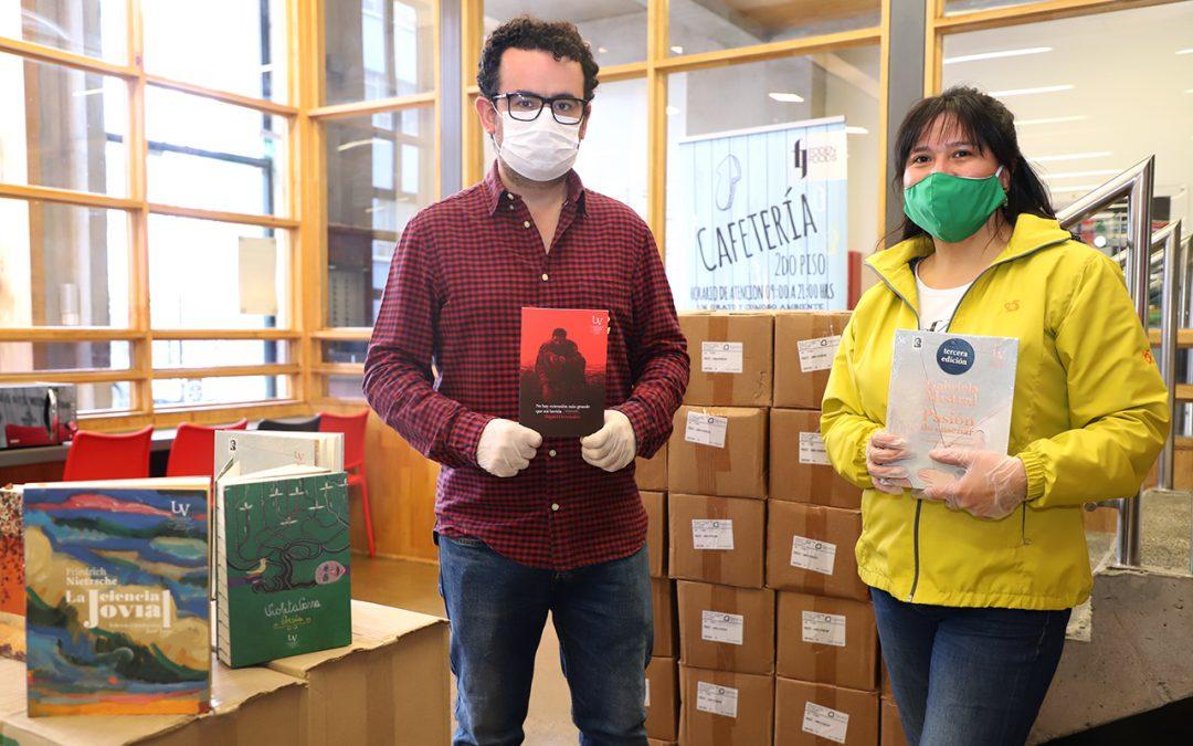 Editorial UV dona mil libros a personas mayores de Valparaíso