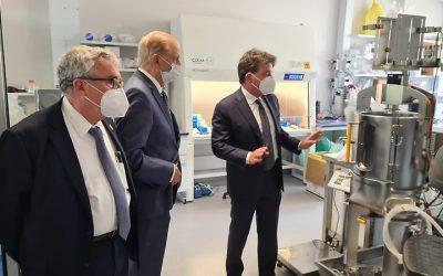 Rector Vivaldi y científicos U. de Chile visitan planta productora de vacunas de ReiThera en Italia
